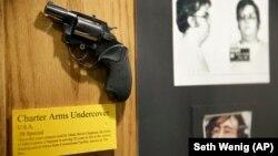 ԱՄՆ - Մարկ Չեթմենի ատրճանակը, որով նա սպանել է Ջոն Լենոնին, ոստիկանության դատաբժշկական բաժանմունք, Նյու Յորք, 8-ը դեկտեմբերի, 2015թ.
