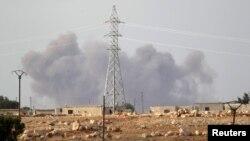 Дым в сирийской провинции Идлиб, где одновременно удары наносились, по всей вероятности, разными силами. 2 октября 2015 года.