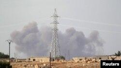 Дым в провинции Идлиб, где одновременно удары наносились, по всей вероятности, разными силами, 2 октября 2015 г