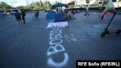 Сутринта протестиращите разпънаха палатки и пред Софийския университет