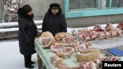 Женщины у прилавков со свининой в Красноярске. 12 января 2016 года.