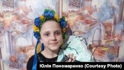 Школярка Аліса Пономаренко з Харківщини шиє маски і безкоштовно їх роздає