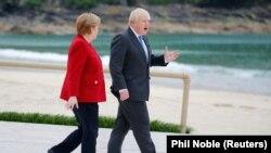 германската канцеларка Ангела Меркел и британскиот премиер Борис Џонсон на самитот на лидерите на Г7 во Корнвол на југот на Англија