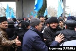 В центре Ахтем Чийгоз - замглавы Меджлиса крымскотатарского народа сдерживает натиск людей на митинге 26 февраля 2014 года