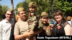 Семья с георгиевскими ленточками на груди празднует День Победы. Алматы, 9 мая 2014 года.