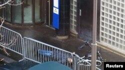 Робот оққа ұшқан адамда жарылғыш зат бар-жоғын тексеріп жүр. Париж. 7 қаңтар 2016 жыл.