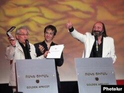 """2010-cu ildə """"Qızıl Ərik"""" film festivalının mükafatlarının təqdimetmə mərasimi."""