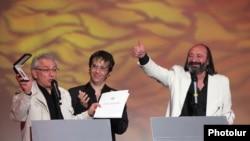 Սերժ Ավետիքյանը, Ատոմ Էգոյանը եւ Հարություն Խաչատրյանը հանձնում են «Ոսկե ծիրան» 7-րդ միջազգային փառատոնի մրցանակները: