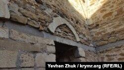Укрепляющий стены мечети бетонный пояс и следы реставрации в виде современного цемента