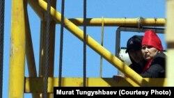 Багжан Аязбекова (справа) и Гулим Бабакова взобрались на башенный кран возле строящегося дома в знак протеста против приговора их родственнику Азамату Аязбекову. Астана, 29 мая 2013 года.