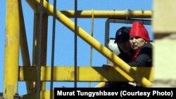 Багжан Аязбекова и ее невестка Гулим Бабакова проводят акцию протеста. Астана, 29 мая 2013 года.