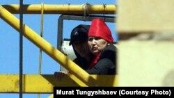 Наразы әйелдер кранның басында отыр. Астана, 29 мамыр 2013 жыл. Суретті түсірген Мұрат Тұңғышбаев.