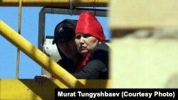 Багжан Аязбекова (справа) и ее сноха Гулим Бабакова, жительницы города Кокшетау, проводят акцию протеста на башенном кране. Астана, 29 мая 2013 года.