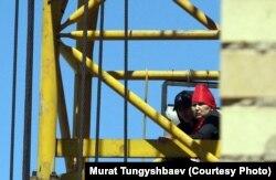 Наразы әйел басына шығып кеткен кран. Астана, 29 мамыр 2013 жыл. Суретті түсірген Мұрат Тұңғышбаев.