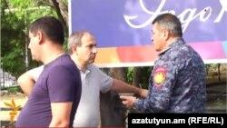 Начальник полиции беседует с оппозиционным депутатом Николом Пашиняном