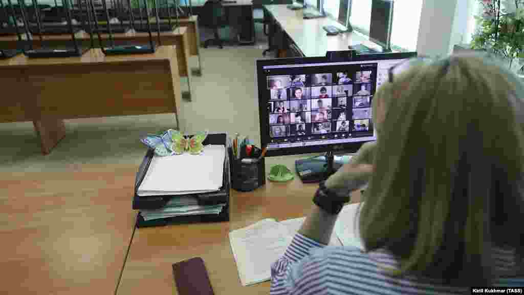 Учительница общается со своим классом с помощью приложения для видеоконференций (Новосибирск, Россия)
