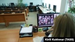 Учительница общается со своим классом с помощью приложения для видеоконференций. Новосибирск, апрель 2020 года