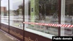 Тукай исемендәге китапханәнең ватылган тәрәзәсе. Бизнес-Online фотосы.