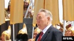 Президент Н.Назарбаев на церемонии открытия монумента «Казахский народ» в день его рождения. Астана, 6 июля 2008 года.