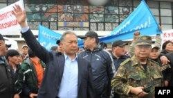 Апрель окуясында бийликтен кулатылган Курманбек Бакиев Оштогу митингде. 15-апрель, 2010-жыл.