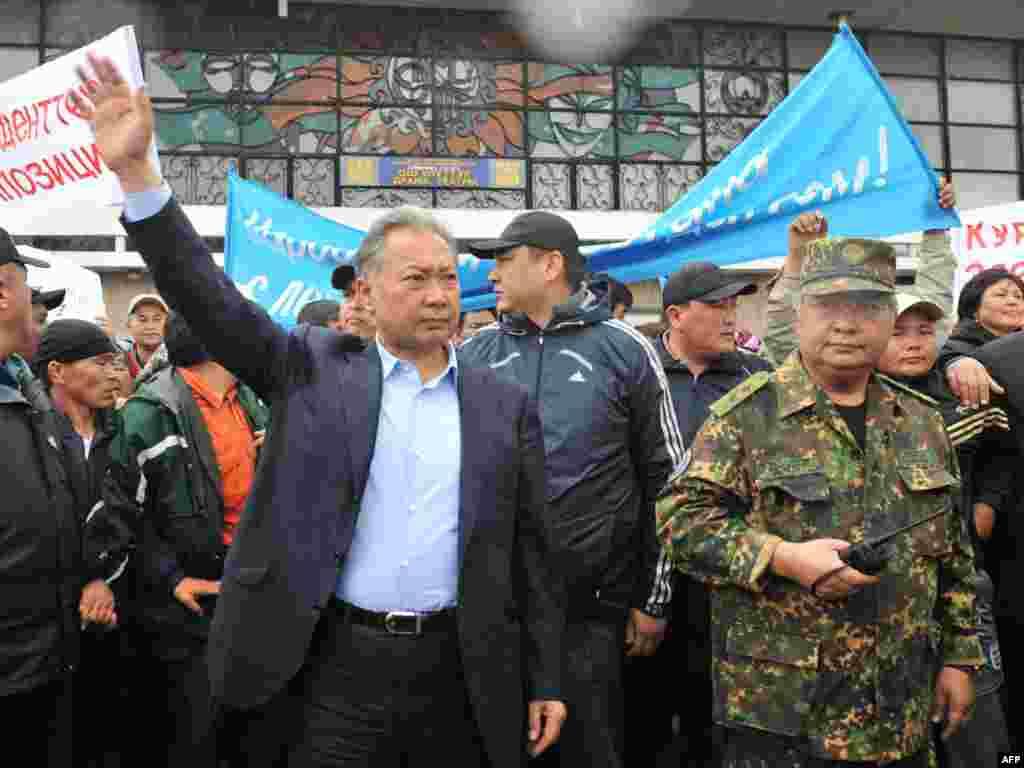 Изгнанный президент Курманбек Бакиев попытался выступить на митинге своих сторонников в Оше, 15 апреля 2010 года.
