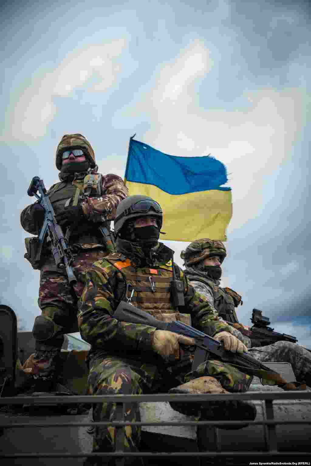 Українські силовики на БТРі біля Світлодарська.