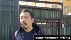 Адвокат Бауыржан Азанов у ворот здания, в которое, по сообщениям, доставили его подзащитных, Мурагера Алимулы и Кастера Мусаханулы.