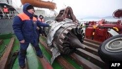 Фрагмент двигателя и шасси разбившегося самолета