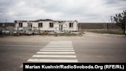 Пішохідний перехід у розтрощеній артобстрілами Станиці Луганській, березень 2016 року