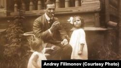 Густав Шпет с дочерьми, 1920-ые годы