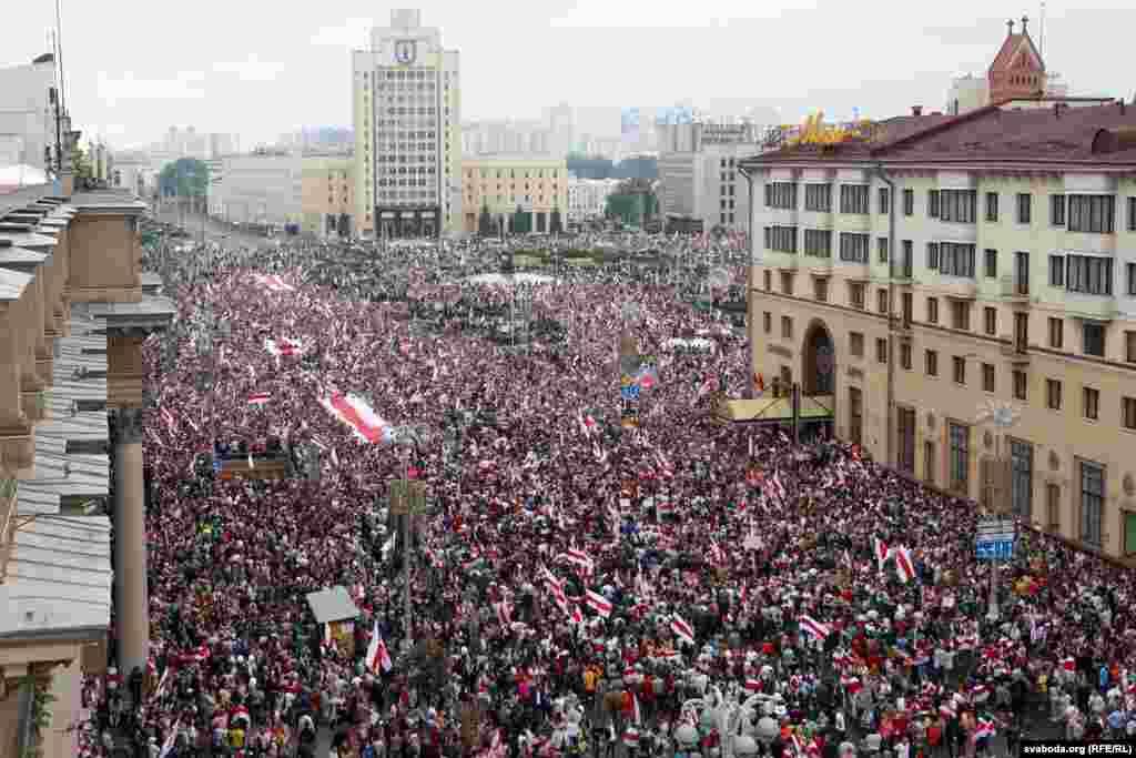23жніўня. Сотні тысяч чалавек на«Маршы новай Беларусі» ўМенску