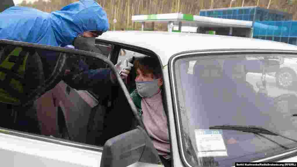 Перевіряють автомобілі, вяких троє і більше подорожніх, а також ті, щозареєстровані за межами Києва йобласті. На КПП цілодобово чергують співробітники поліції, бійці Нацгвардії та лікарі СЕС