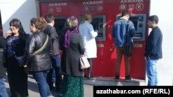 Türkiýede manadyny döwlet kursunda dollarda almak üçin nobata duran türkmen raýaty.