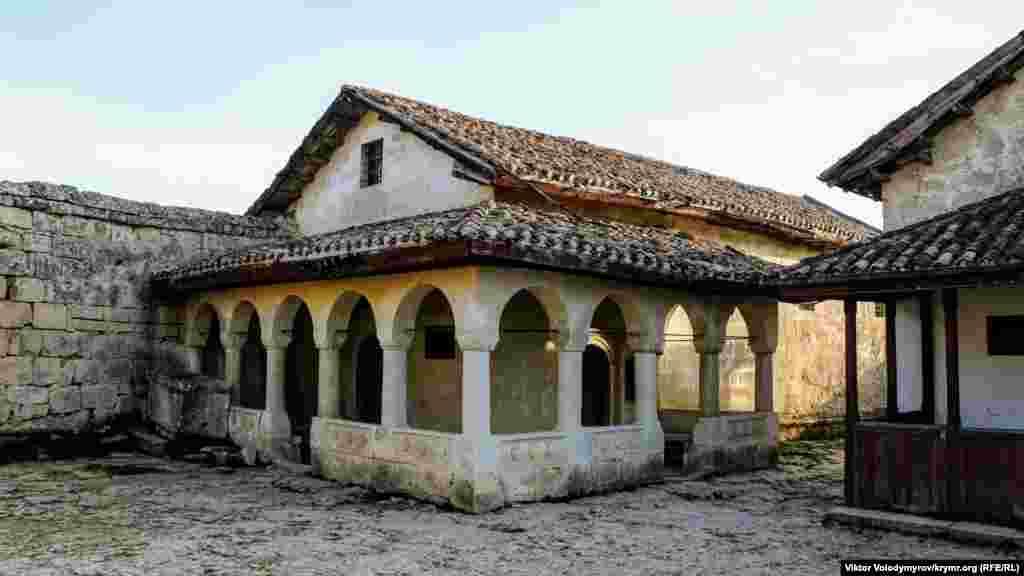 С XIV века в городе стали селиться караимы. Этой караимской кенассе около 600 лет.