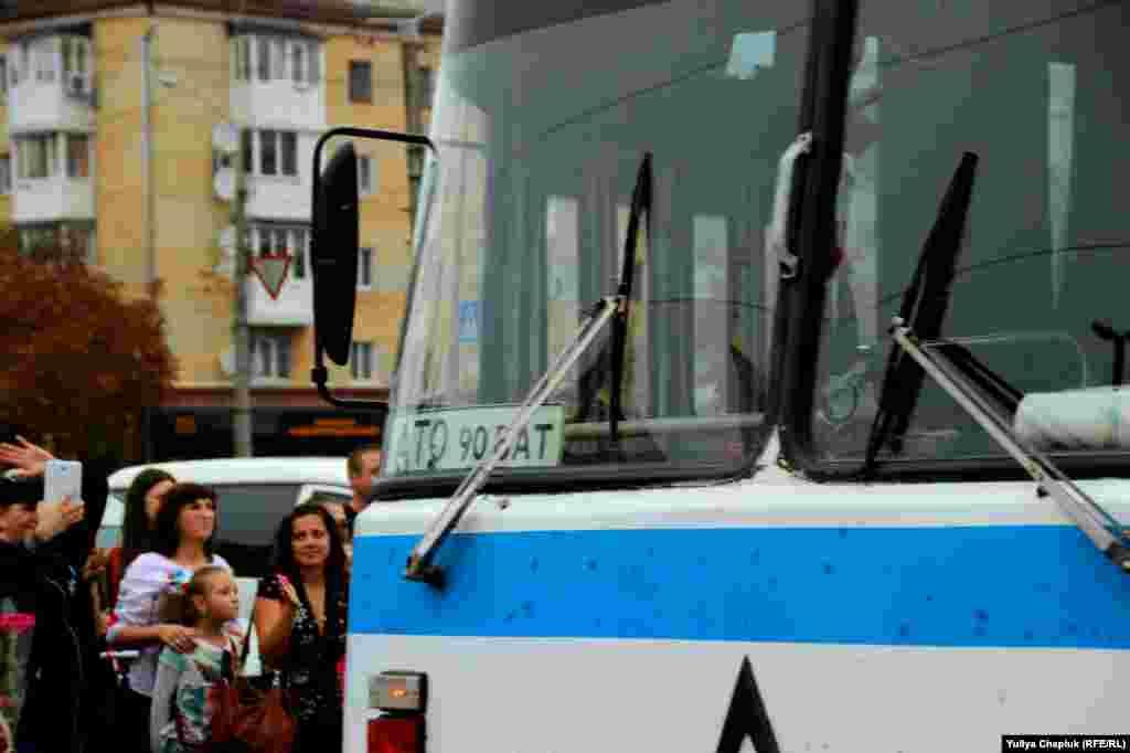 Бійці легендарного 90-го батальйону 81-ї бригади приїхали на старенькому ЛАЗі. Автобус у дорозі часто ламався, тому хлопці спізнилися майже на три години