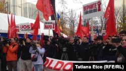 Moldovan socialists demand the government's resignation in Chisinau on October 29.