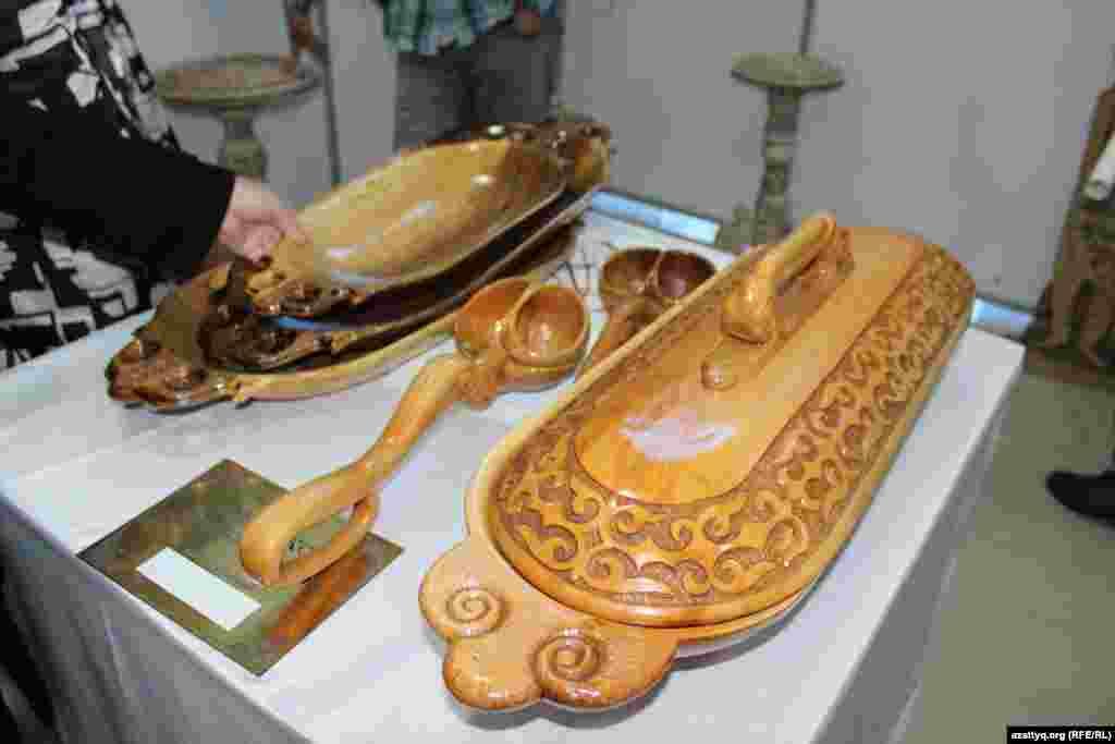 Казахское национальное блюдо из дерева (справа) оценили в 60 тысяч тенге.