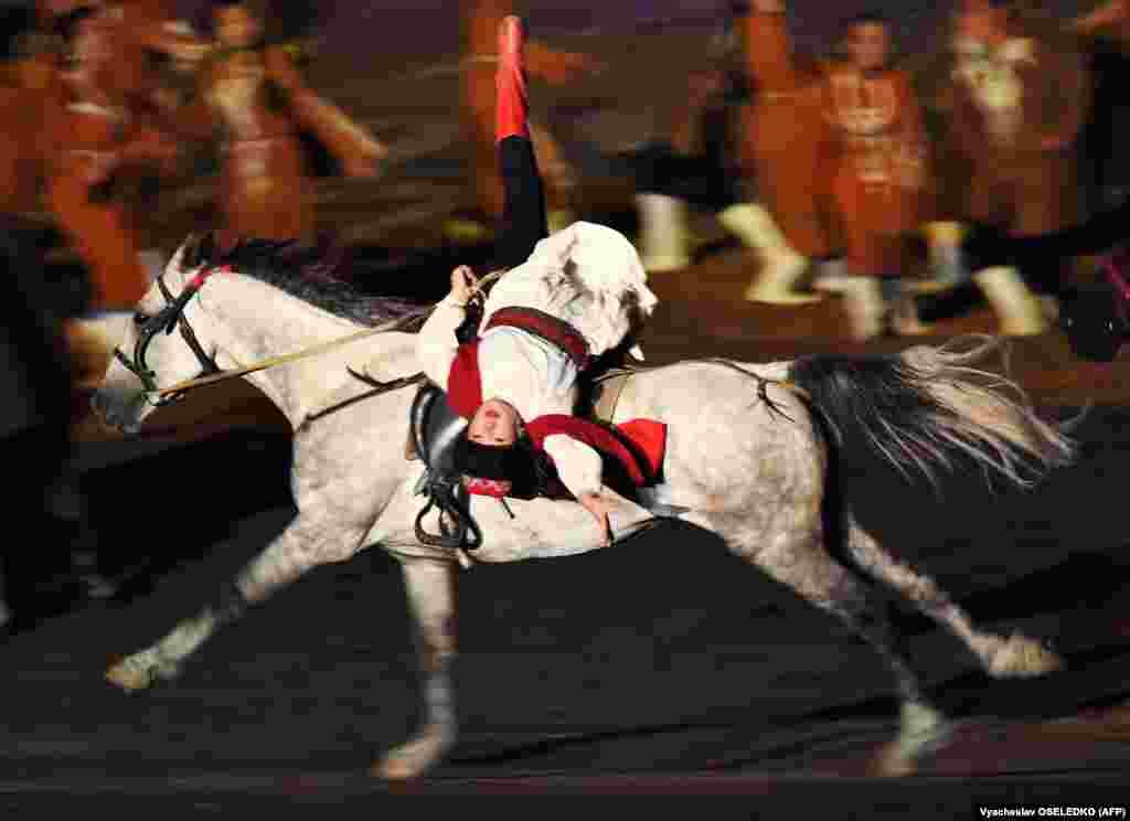Наїздник на церемонії відкриття Всесвітніх ігор кочівників на березі озера Іссик-Куль в Киргизстані, 2 вересня. (AFP/Vyacheslav Oseledko)