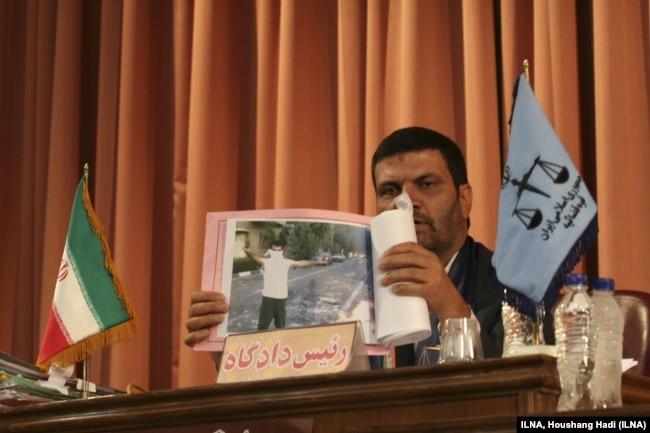 قاضی صلواتی در یکی از دادگاههای گروهی معترضان به انتخابات ۸۸