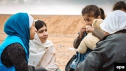 Малала Юсуфзай разговаривает с беженцами, вынужденными покинуть свои дома из-за военных столкновений в Сирии. 15 февраля 2014 года.