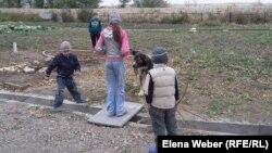 Дети играют на территории центра реабилитации наркоманов и алкоголиков в поселке Сарытобе Карагандинской области. Иллюстративное фото.
