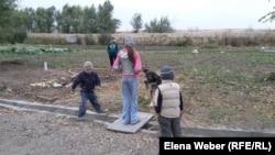 Дети играют на территории поселения центра реабилитации. Они живут здесь вместе со своими родителями.