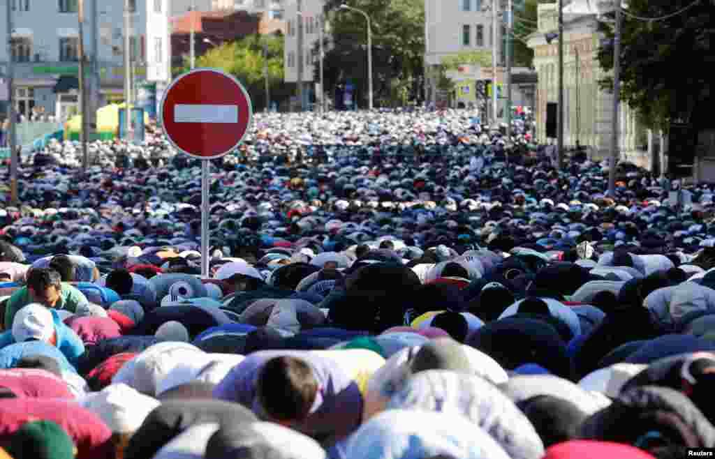У цей день зазвичай вдягають найкращий одяг і йдуть на ранкову молитву  На фото – ранкова молитва на Ораза-байрам у Москві. 5 липня 2016 року