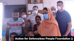 A szétválasztott bangladesi ikrek családjukkal és a magyar orvosokkal.