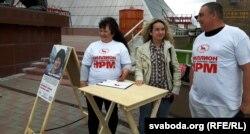 Зьбіральнікі подпісаў за Ірыну Яскевіч — у майках зь лёзунгам АГП