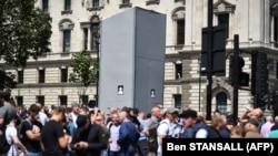 Ультраправі демонстранти біля закритого пам'ятника Вінстонові Черчиллю, Парламентська площа, Лондон, 13 червня 2020 року