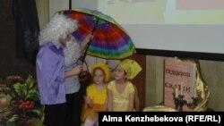 Мини-спектакль в детской библиотеке, посвященный Международному дню детской книги. Алматы, 2 апреля 2015 года.