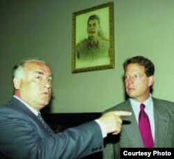 Фото из подготовленного республиканцами доклада «Путь России к коррупции». Летом 1996 года Эл Гор и Виктор Черномырдин встречались на сталинской даче.