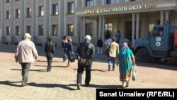 Гражданские активисты Уральска идут в городской акимат подавать заявку на митинг против повышения тарифов на коммунальные услуги. 4 сентября 2015 года.