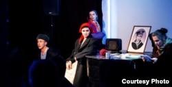Сцэна са спэктаклю «Левыя дысыдэнты» (драматургі Андрэй Дзічэнка і Алена Шпак)